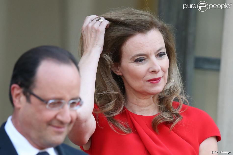 Francois Hollande et Valérie Trierweiler sur le parvis de l'Elysée à Paris, le 7 mai 2013.