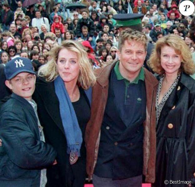 La bande de comédiens de la série Les Filles d'à côté au MIP TV à Cannes le 16 avril 1994. ©BESTIMAGE