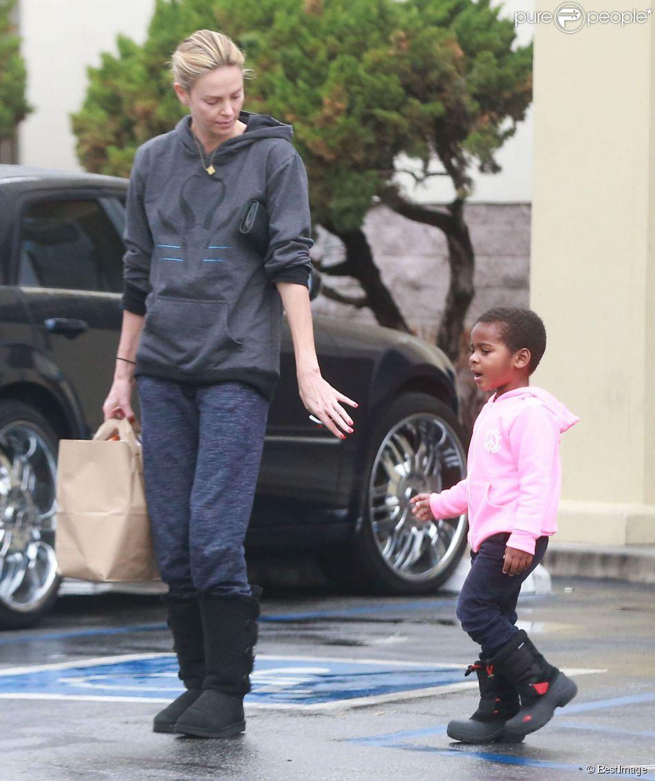 Exclusif - Charlize Theron se rend à la pharmacie avec son fils Jackson à West Hollywood, le 16 décembre 2014