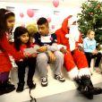Teddy Riner en père Noël au milieu des enfants de l'Institut Imagine, à Paris le 17 décembre 2014