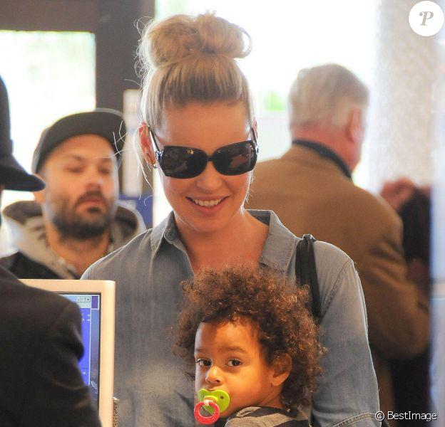L'actrice avec Adalaide - Katherine Heigl arrive à l'aéroport de LAX avec ses filles Adalaide et Naleigh pour prendre l'avion à Los Angeles, le 17 décembre 2014.