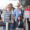 Katherine Heigl arrive en famille à l'aéroport de LAX de Los Angeles, le 17 décembre 2014.