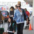 Katherine Heigl arrive à l'aéroport de LAX avec ses filles Adalaide et Naleigh pour prendre l'avion à Los Angeles, le 17 décembre 2014.