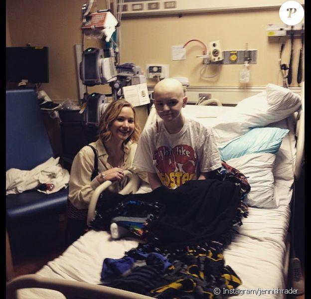 Jennifer Lawrence avec un enfant malade dans l'hôpital de Louisville, dans son Kentucky natal, la veille de Noël 2014