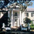 Image de Graceland, mythique propriété d'Elvis à Memphis.   45 ans après sa mort le 16 août 1977, Elvis presley continue de fasciner. Les 23 et 24 juin 2012, la maison d'enchères Julien's Auctions proposera à la vente la première tombe du King, où il reposa moins de deux mois au cimetière de Forest Hill à Memphis avant d'être transféré le 2 octobre 1977 sur son domaine de Graceland, où il repose toujours, au côté de sa mère Gladys.