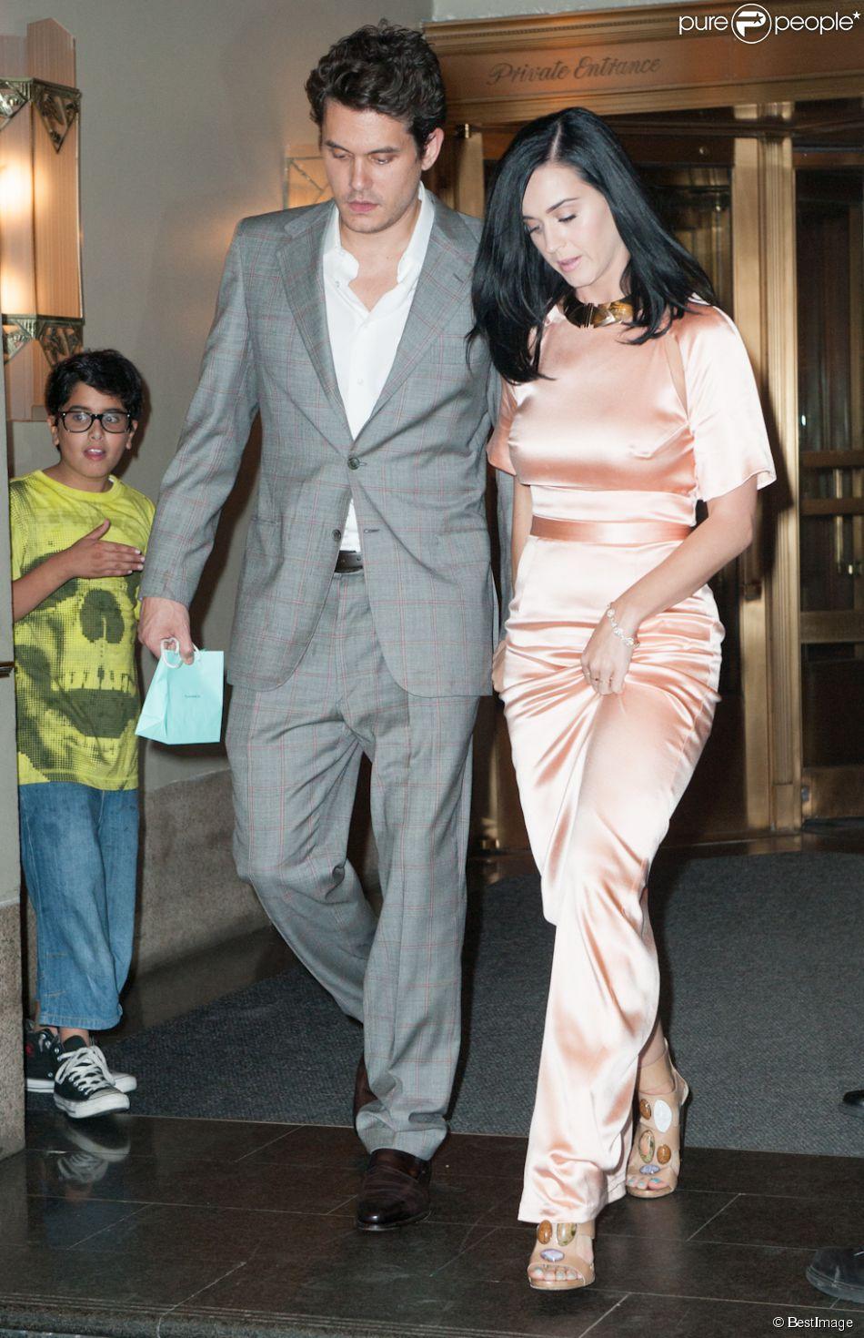 "Katy Perry, au bras de John Mayer, sort du club ""Friars Club Roast of Don Rickles"" au Waldorf Astoria a New York. Le 24 juin 2013"