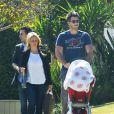 Jennifer Love Hewitt se promène avec son mari Brian Hallisay et leur fille Autumn à Los Angeles, le 14 mai 2014.