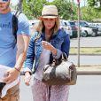 Jennifer Love Hewitt, son mari Brian Hallisay et leur fille Autumn prennent un vol à l'aéroport de Maui à Hawaii, le 4 mai 2014.