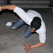 Josh Duhamel s'écroule à terre en tentant d'escalader une barrière