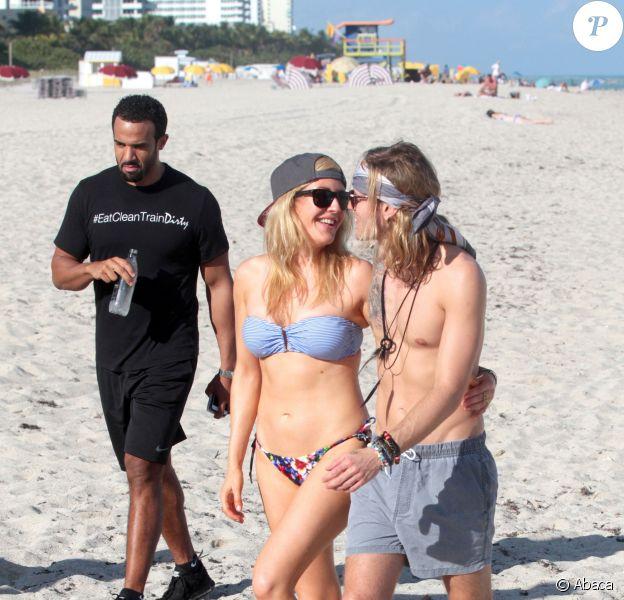 Ellie Goulding et son petit-ami Dougie Poynter profitent de la plage à Miami avec quelques amis, le 5 janvier 2015