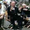 """""""Rod Taylor aux côtés d'Alfred Hitchcock dans le film Les Oiseaux (1963)."""""""