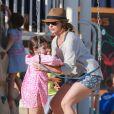 Exclusif - Sarah Michelle Gellar passe la journée à la plage avec sa fille Charlotte à Santa Monica, le 20 août 2014