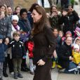 Kate Middleton, enceinte de six mois et vêtue d'une robe Hobbs, rencontrait le 16 janvier 2015 des familles d'accueil et des enfants placés de The Fostering Network, à Islington, dans le nord du Grand Londres.