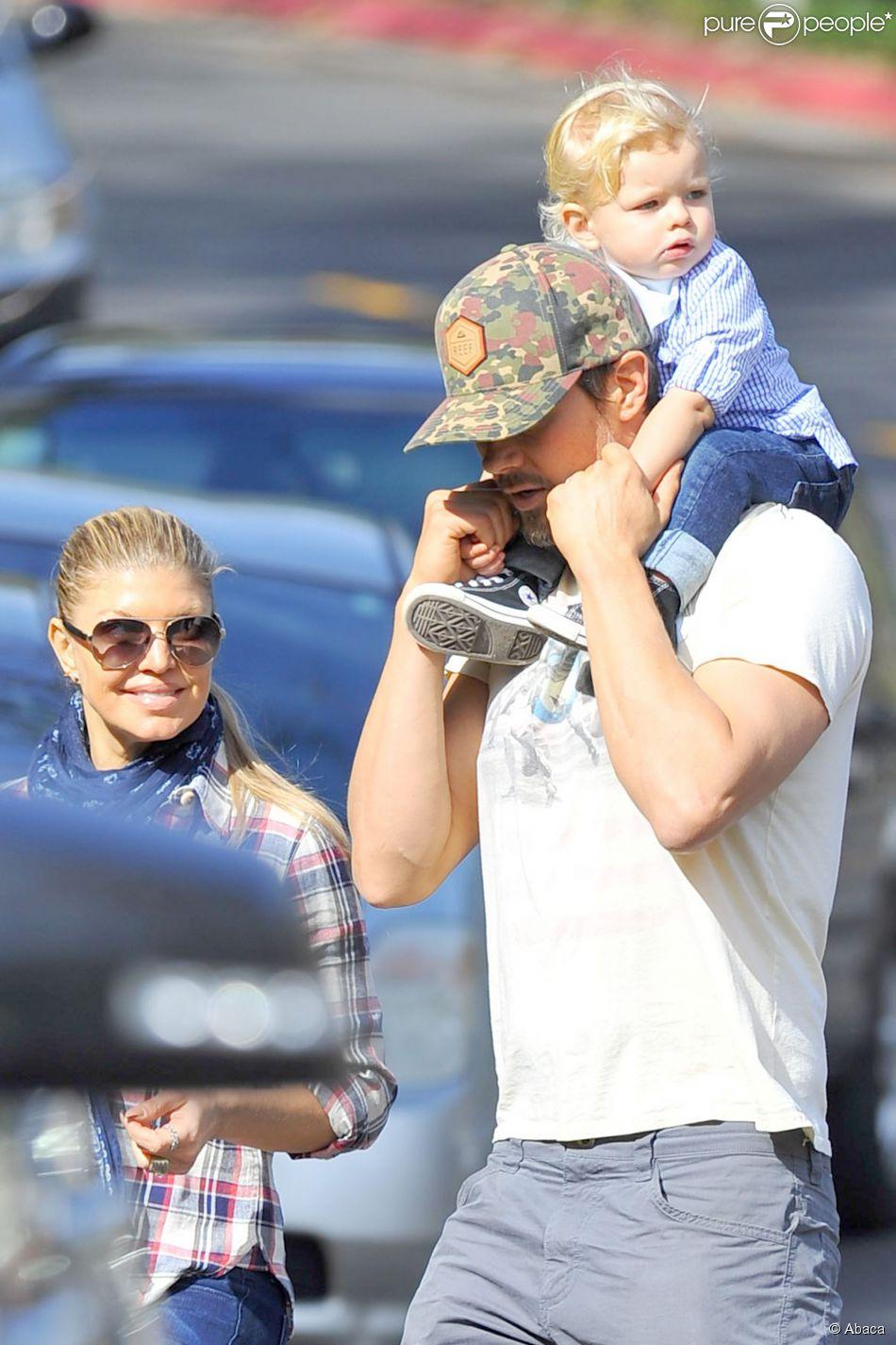 Fergie et Josh Duhamel quittent le parc avec leur bout d'chou Axl après un moment en famille à Brentwood, Los Angeles, le 16 janvier 2015