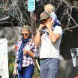 Fergie et Josh Duhamel quittent le parc avec leur fils Axl après un moment en famille à Brentwood, Los Angeles, le 16 janvier 2015