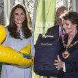 Kate Middleton reçoit en cadeau pour le prince George une bouée canard, le 19 janvier 2015 lors de l'inauguration de la Kensington Aldridge Academy, à Londres