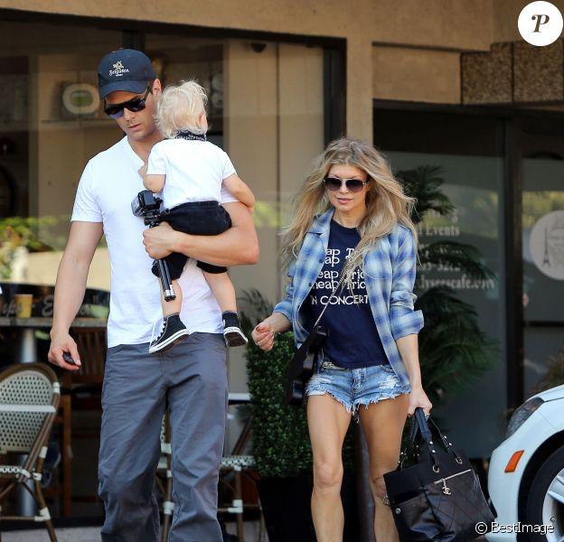 Exclusif - Fergie et Josh Duhamel se promènent avec leur fils Axl à Los Angeles, le 9 novembre 2014