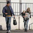 Fergie et Josh Duhamel se promènent avec leur fils Axl à Brentwood Los Angeles, le 27 décembre 2014