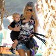 Fergie (sac Chanel forme banane, top Adidas) et son mari Josh Duhamel emmènent leur fils Axl (chaussures Adidas) au Mr. Bones Pumpkin Patch à West Hollywood, le 11 octobre 2014.