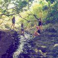 Le 24 janvier 2015, la chanteuse Taylor Swift a partagé sur son compte Instagram les photos de ses vacances à Hawaï avec les trois soeurs du groupe de pop américain Haim.