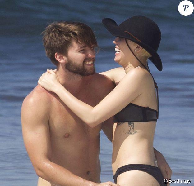 Exclusif - Miley Cyrus et son petit ami Patrick Schwarzenegger s'amusent sur la plage de Maui, le 21 janvier 2015.