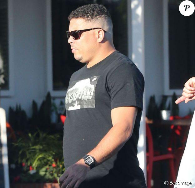 Ronaldo et ses kilos en trop chez Fred Segal avec des amis à West Hollywood, le 10 février 2015