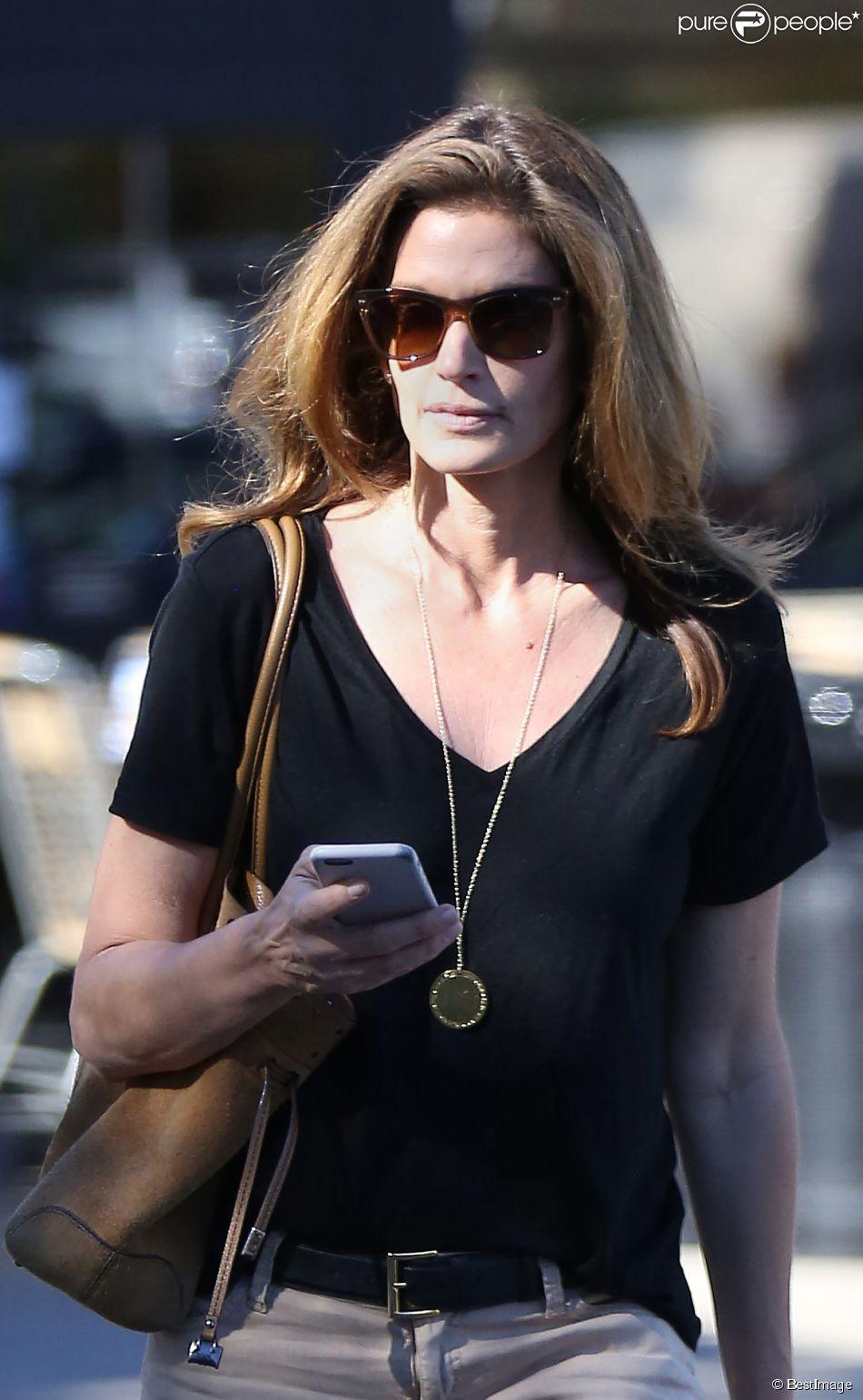 Exclusif - Cindy Crawford est allée faire du shopping dans un centre commercial à Malibu, le 12 février 2015.