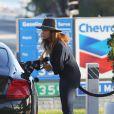 Exclusif - Cindy Crawford fait le plein d'essence de sa Bentley à Malibu, le 13 janvier 2015.