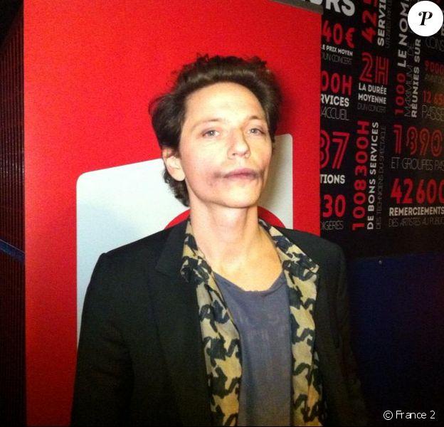 Raphaël sortant de scène aux 30e Victoires de la musique, au Zénith de Paris, le 13 février 2015.