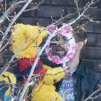 Gerard Piqué va chercher son fils Milan (déguisé en Winnie l'ourson) à l'école à Barcelone le 13 février 2015.