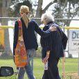 Exclusif - Julia Roberts au parc avec sa mère Betty Lou Motes à Los Angeles, le 13 mars 2014