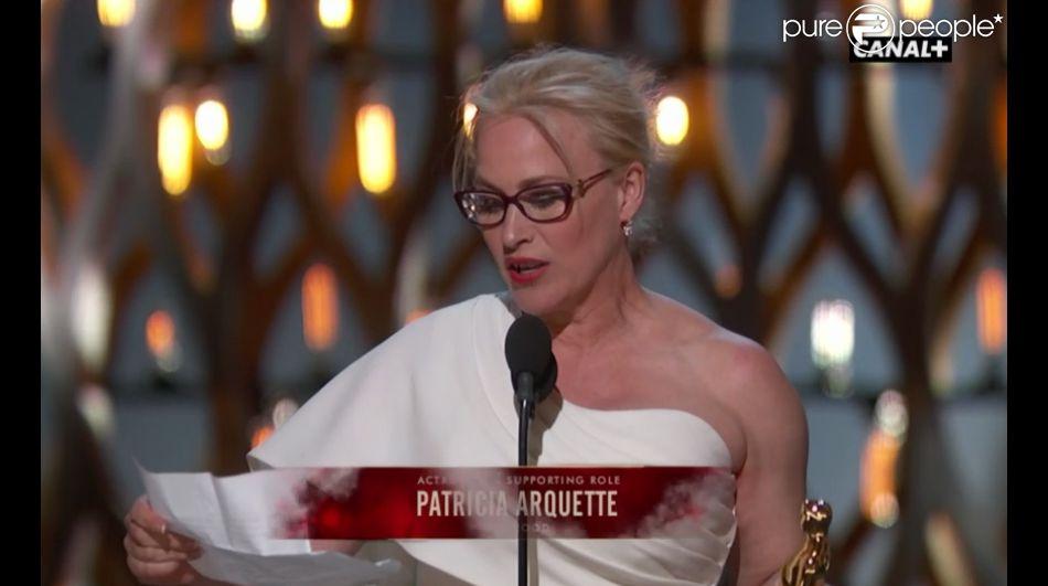 Oscars 2015 : Patricia Arquette reçoit le prix du meilleur second rôle pour Boyhood. Son prix lui est remis par le chevelu Jared Leto