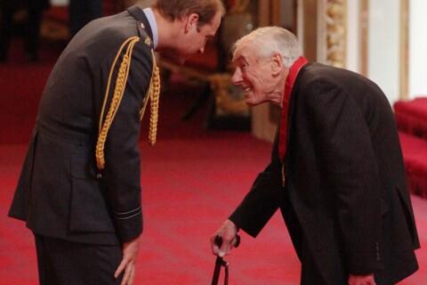 Prince William : Distribution de fleurs avant son grand voyage...