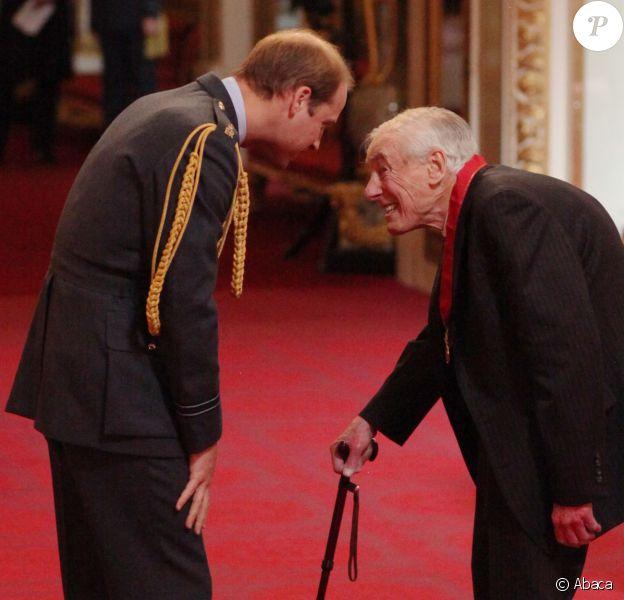 Le prince William décorant Sir Adrian Cadbury à Buckingham Palace le 24 février 2015