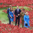 Kate Middleton, le prince William et le prince Harry  découvrant le 5 août 2014 l'installation   Blood Swept Lands and Seas of Red de Paul Cummins à la Tour de Londres pour le centenaire de la Première Guerre mondiale.