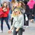 L'actrice Chloë Moretz s'amuse avec des amies et son frère Trevor à Disneyland, Anaheim le 27 février 2015