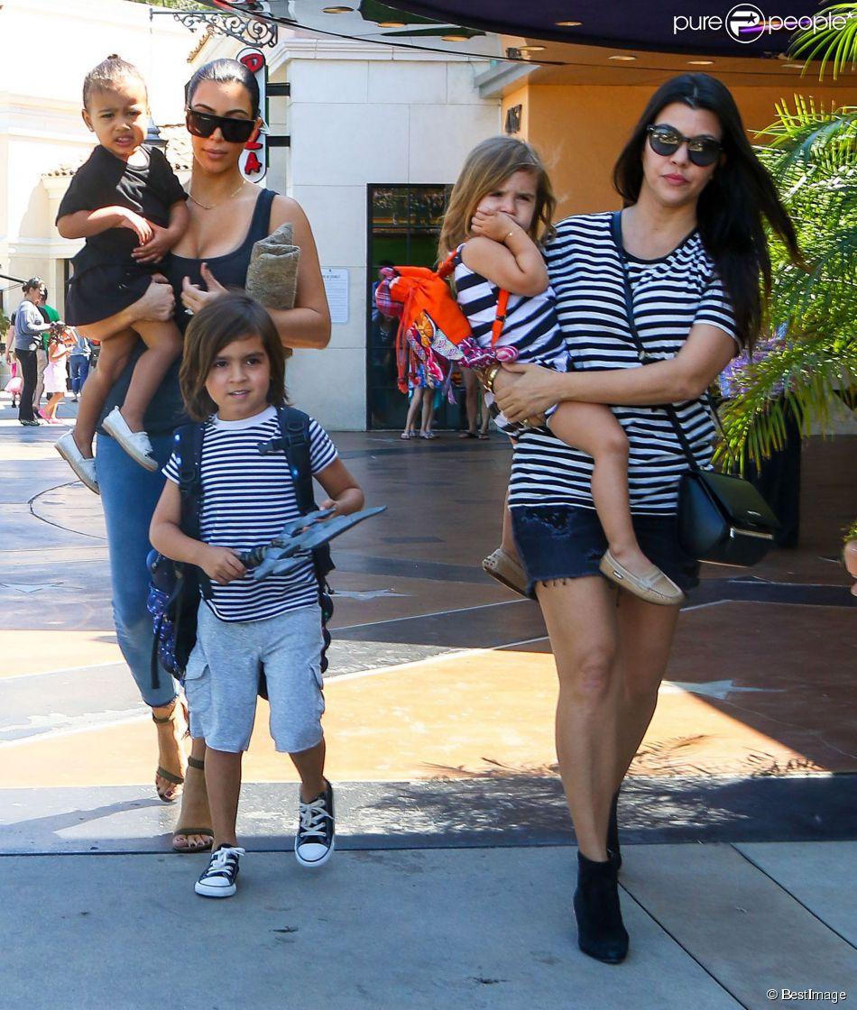 Kim Kardashian, sa soeur Kourtney Kardashian et leurs enfants respectifs North, Penelope et Mason quittent le cinéma Edward Calabasas Stadium 6 aux Commons, à Calabasas. Los Angeles, le 28 mars 2015.