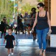 Kim Kardashian et sa fille North quittent le cinéma aux Commons, à Calabasas. Los Angeles, le 28 mars 2015.