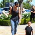 Kim Kardashian et North arrivent aux Commons, à Calabasas, pour aller au cinéma avec Kourtney Kardashian et ses enfants Mason et Penelope. Los Angeles, le 28 mars 2015.