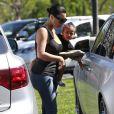 Kim Kardashian et North quittent les Commons, à Calabasas, à l'issue d'une séance de cinéma avec Kourtney Kardashian et ses enfants Mason et Penelope. Los Angeles, le 28 mars 2015.