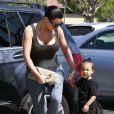 Kim Kardashian, sexy mama avec North, arrivent aux Commons, à Calabasas. Los Angeles, le 28 mars 2015.