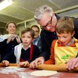 Les jumeaux du prince Laurent et de la princesse Claire, le prince Nicolas et le prince Aymeric, 9 ans, ont eu droit à un cours particulier à la pâtisserie Verboven, à Hasselt, le 28 mars 2015. Ils ont notamment appris à réaliser la spécialité locale - et celle de la maison : la tarte limbourgeoise.