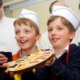 Les jumeaux du prince Laurent et de la princesse Claire, le prince Nicolas et le prince Aymeric, 9 ans, ont eu droit à un cours particulier à la pâtisserie Verboven, à Hasselt, le 28 mars 2015. Ils ont notamment appris à réaliser la spécialité locale - et celle de la maison -, la tarte limbourgeoise, ainsi qu'une tarte aux couleurs du drapeau belge.