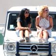 Britney Spears regarde son fils Jayden jouer au football en compagnie de sa mère Lynne Spars à Calabasas, le 12 avril 2015.