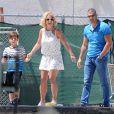 Britney Spears regarde Jayden jouer au football en compagnie de sa mère Lynne Spars à Calabasas, le 12 avril 2015.