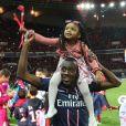 Blaise Matuidi célèbre avec sa fille le titre de champion de France au Parc des Princes à Paris le 18 mai 2013