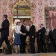 Le roi Felipe VI et la reine Letizia d'Espagne recevaient le 22 avril 2015 à déjeuner une centaine de représentants du monde littéraire au palais royal à Madrid à l'occasion de la remise du prix Miguel de Cervantes à l'auteur Juan Goytisolo