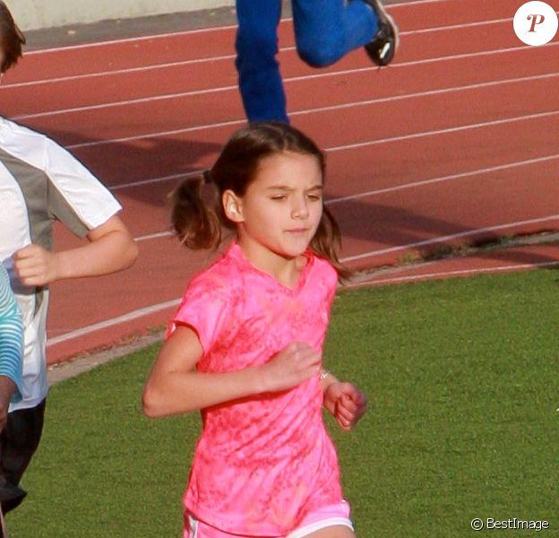 Suri Cruise fait de l'athlétisme à Los Angeles, le 8 avril 2015. À 9 ans, c'est une vraie sportive