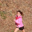 Suri Cruise, la fille de Katie Holmes et Tom Cruise, participe à une course d'athlétisme à Los Angeles sous le regard attentif de sa nounou, le 8 avril 2015