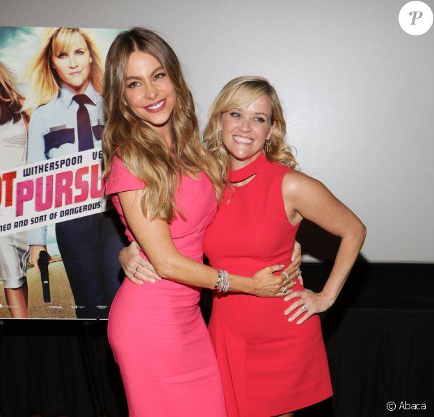 Sofia Vergara et Reese Witherspoon font une apparition surprise lors d'une projetion pour les fans de Hot Pursuit, à Miami le 20 avril 2015